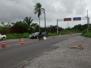 Na manhã desta sexta (22), policiais continuam fiscalizando carros que trafegam pela ponte que liga Itamaracá a Itapissuma (Foto: Camila Torres/TV Globo)