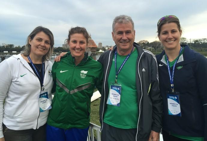 Ana Paula Vergutz (de verde) com sua mãe Sueli, o pai Paulo e a irmã Beatriz (Foto: Gabriel Fricke)