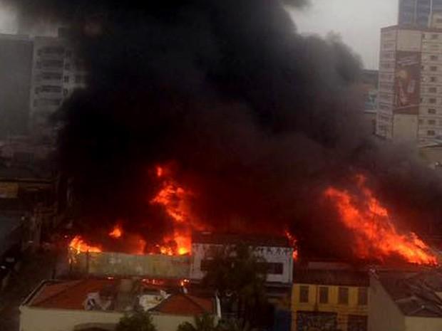 Incêndio em auto-peças no Centro de Campinas (Foto: Selma Martins/ Vc no G1)