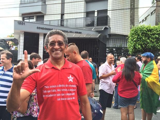 Vicentinho foi a frente do prédio de Lula prestar seu apoio (Foto: Vivian Reis / G1)