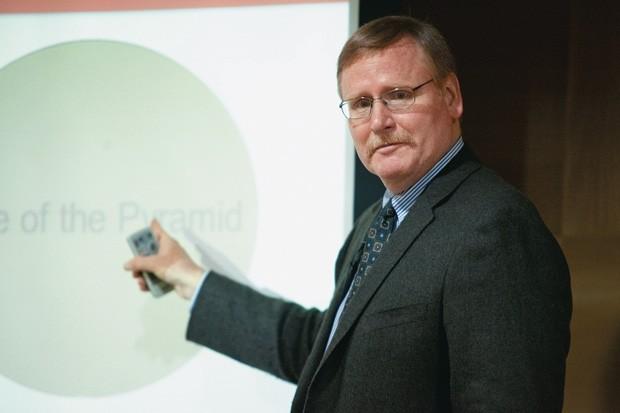 DE OLHO NOS POBRES Stuart Hart em palestra nos EUA. Ele foi um dos primeiros a propor que as empresas olhassem para a base da pirâmide social (Foto: divulgação)