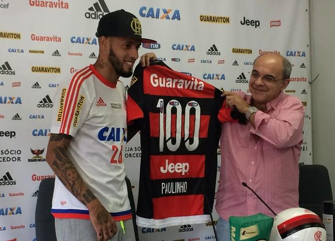Paulinho recebe camisa de 100 jogos das mãos do presidente Eduardo Bandeira de Mello (Foto: Ivan Raupp)
