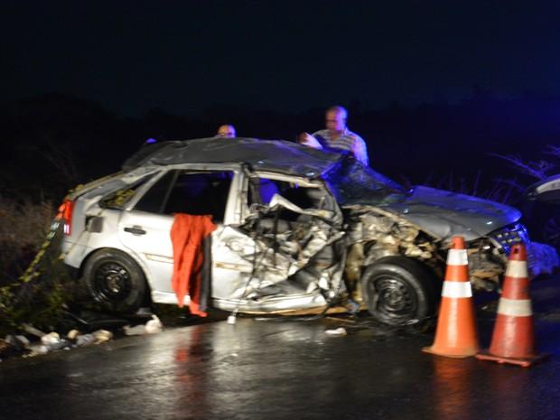 Carro capotou após bater em trator na BR-415 (Foto: Anderson Oliveira/ Blog do Anderson)