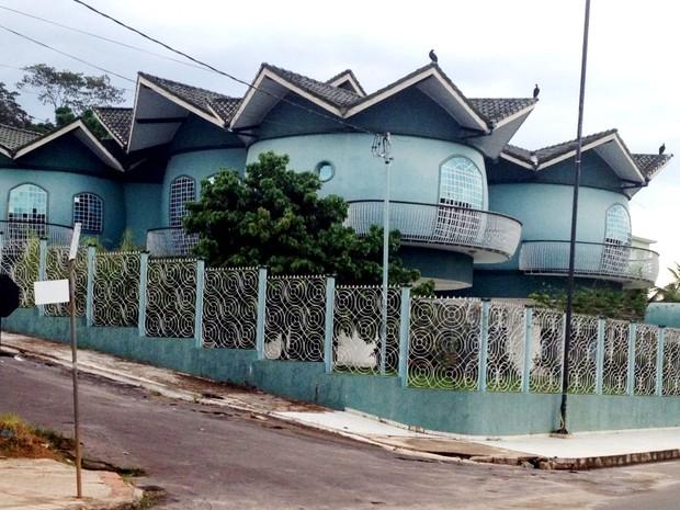 Casa em Cruzeiro do Sul tem formato de barril (Foto: Genival Moura/G1)