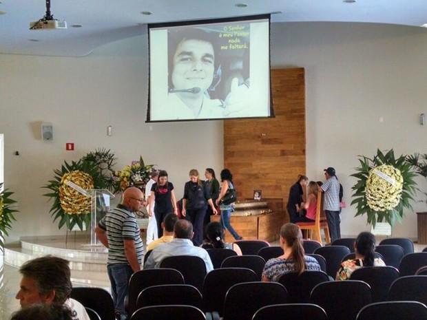 Imagem no projetor homenageava copiloto morto na queda do avião (Foto: Diogo Marques/G1)