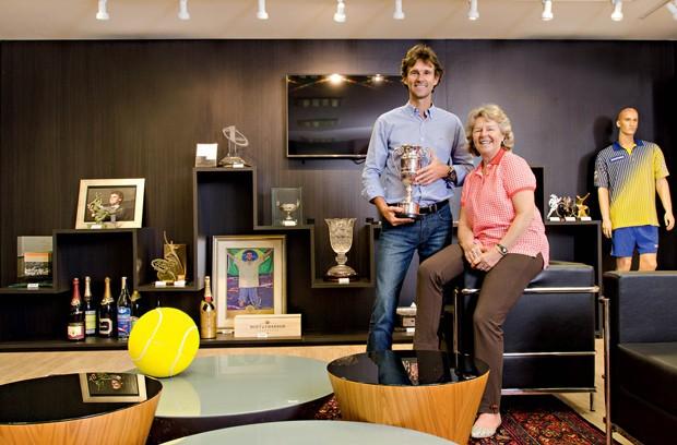 Rafael e Alice na sala de troféus do GGK. Ele cuida dos negócios. Ela, dos projetos sociais com  a marca Guga  (Foto: Caio Cezar)