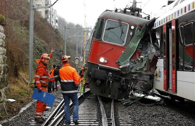 Policiais observam trens de passageiros que se chocaram na manhã desta quinta-feira (10) na Suíça (Foto: Reuters)