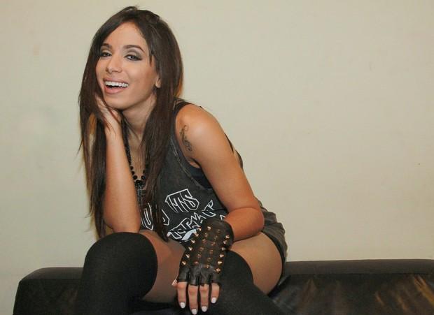Anitta no camarim antes de show no Rio (Foto: Isac Luz/EGO)