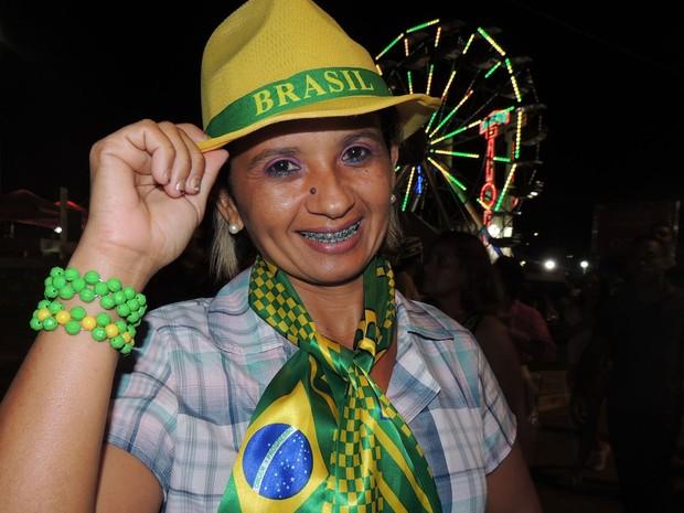 Eliene Alves colocou pulseiras, chapéu e uma espécie de cachecol com o nome do País e a bandeira brasileira. (Foto: Luna Markman / G1)