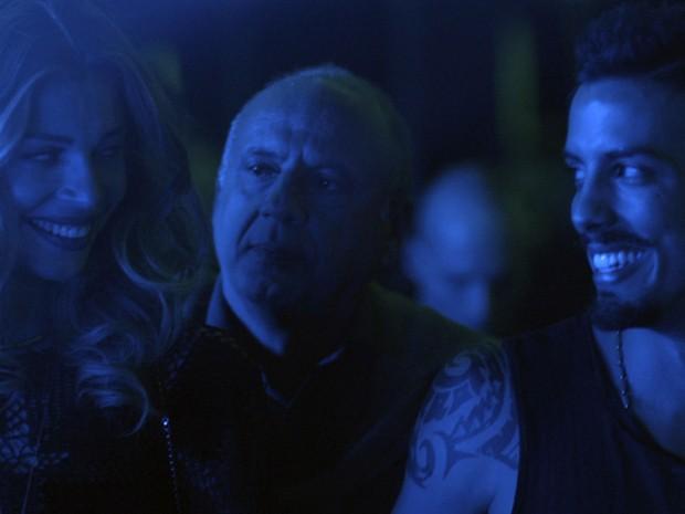 Larissa e Sam conhecem homem em festa (Foto: TV Globo)