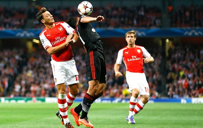 Ozil no jogo do Arsenal x Besiktas (Foto: AP)