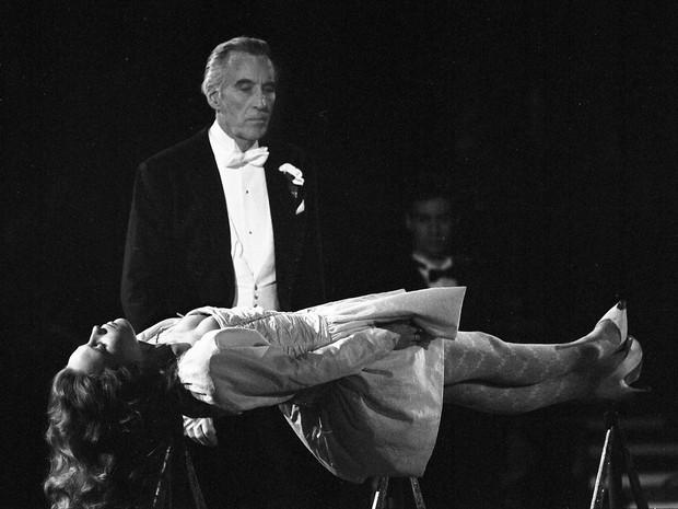 Christopher Lee se apresenta em dezembro de 1987 como ilusionista com a atriz alemã Marie-Theres Relin como ajudante em um evento de caridade realizado no Circo Krone, em Munique, Alemanha (Foto: Uwe Lein/AP)