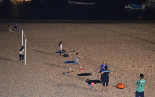 Professores de educação física desenvolvem a prática do Pilates na orla da cidade  (Foto: (Foto: Weldon Luciano - GloboEsporte.com))