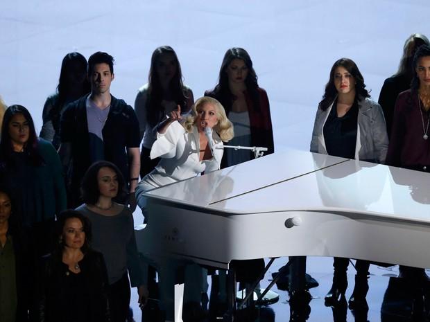 Lady Gaga canta e leva vítimas de abuso sexual ao palco do Oscar 2016 (Foto: REUTERS/Mario Anzuoni)