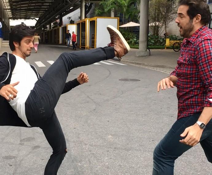 Rodrigo Simas e Fernando Ceylão jogam capoeira (Foto: Gshow)