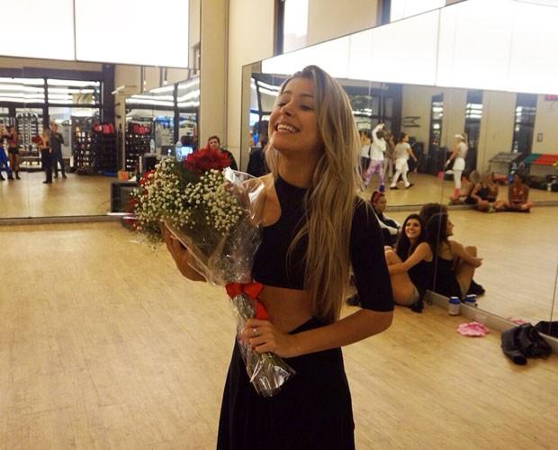 Mayara Araújo posa orgulhosa com flores (Foto: Arquivo Pessoal)