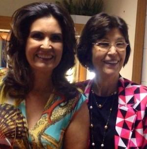 .. e ganha bolo surpresa ao lado da mãe (Encontro com Fátima Bernardes/TV Globo)