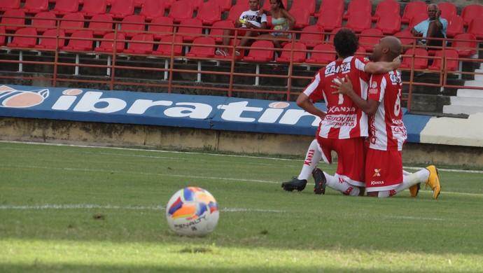 Clebinho e João Victor comemoram gol do CRB (Foto: Denison Roma / GloboEsporte.com)
