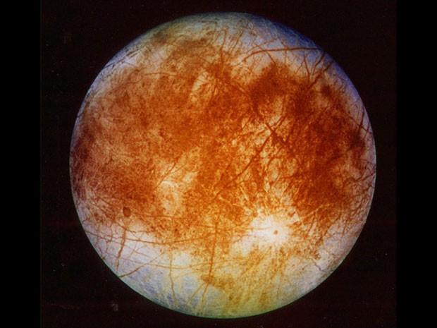 Cientistas especulam se Europa, que é apenas uma das luas de Júpiter, pode ter vida (Foto: AP Photo/NASA )