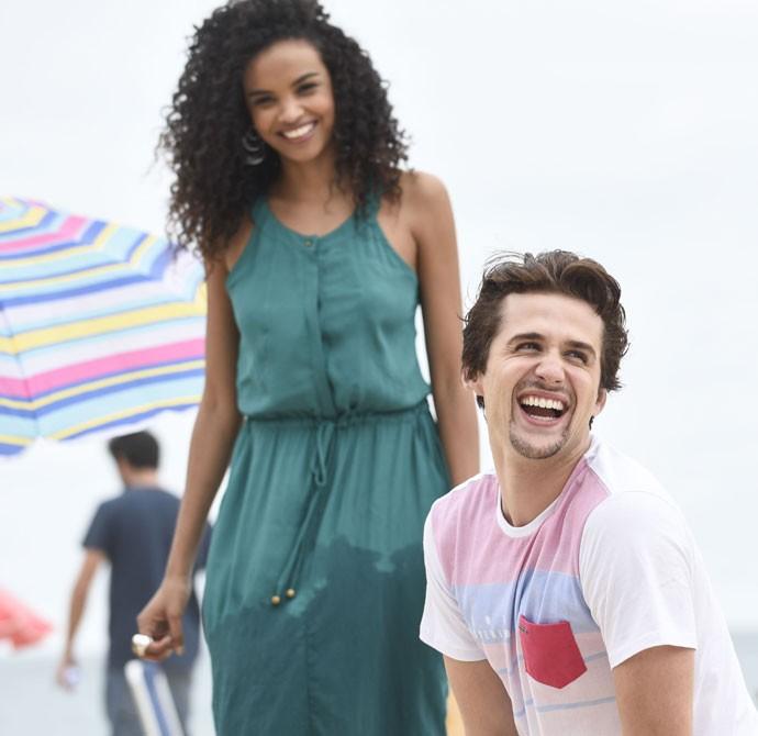 Lucy Ramos e Gil Coelho posam radiantes para a câmera (Foto: Raphael Dias/Gshow)