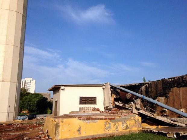 Casas fora alagadas após reservatório romper na Vila Xavier (Foto: Lícia Mangiavacchi/EPTV)