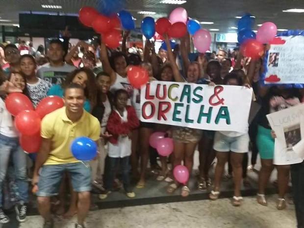 Fãs de Lucas e Orelha em aeroporto de Salvador, na Bahia (Foto: Divulgação)