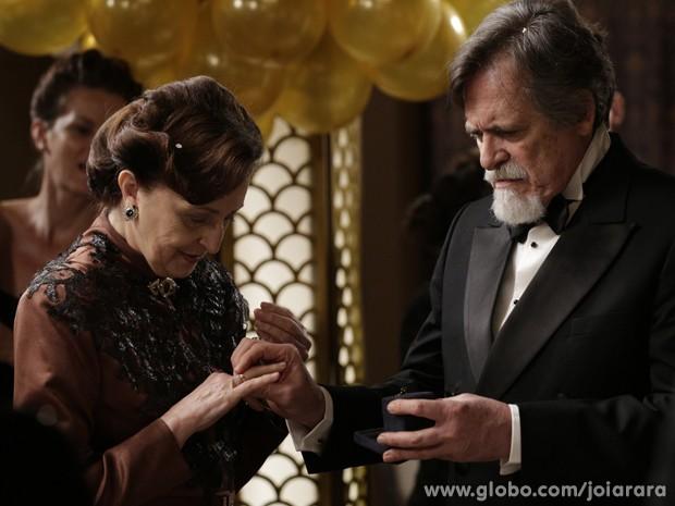 Chantageado por Manfred, Ernest pede Gertrude em casamento (Foto: Fábio Rocha/TV Globo)