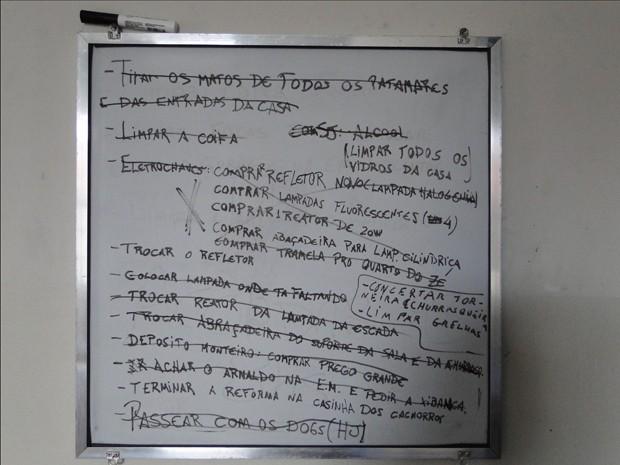 Quadro descreve as tarefas que os bixos devem cumprir na república (Foto: Thais Pimentel/G1)
