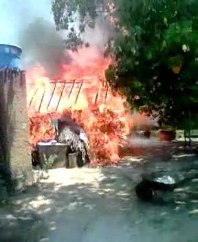 Durante carreata de Sandoval Cardoso em Peixe, rojão atinge casa e provoca incêndio (Foto: Reprodução)