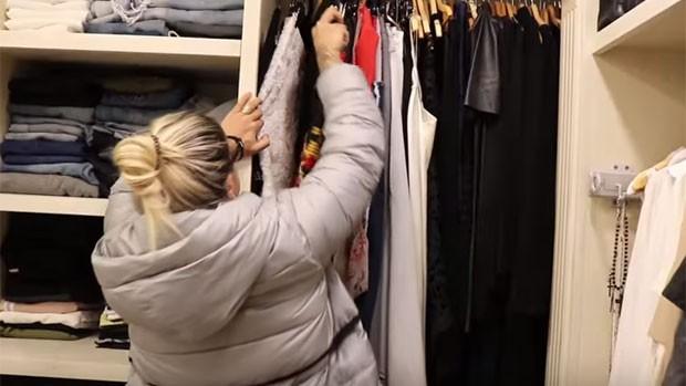 Dani Souza exibe seu closet grifado (Foto: Reprodução)