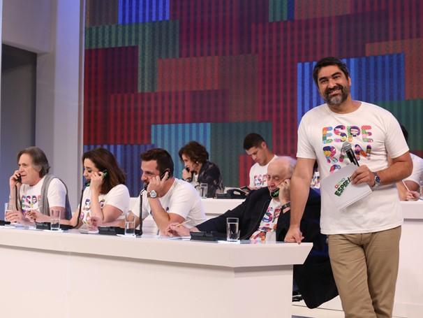 Zeca Camargo comanda o Mesão da Esperança (Foto: Globo/Paulo Belote)
