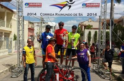 Alguns dos  vencedores da Corrida Raimundo de Sá de Moutain Bike, em Salgueiro (Foto: Vinícius Gomes/ Arquivo Pessoal)