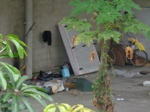 Local esta sendo usado por moradores de rua (Foto: Carolina Souza/VC no G1)