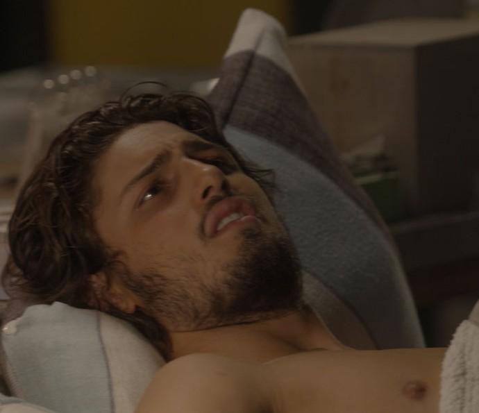 Rafael passa mal após mais um dia de bebedeira (Foto: TV Globo)