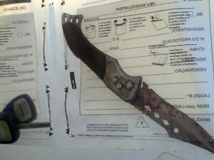 Punhal encontrado ao lado da vítima foi recolhido pelo Itep (Foto: Anderson Barbosa/G1)
