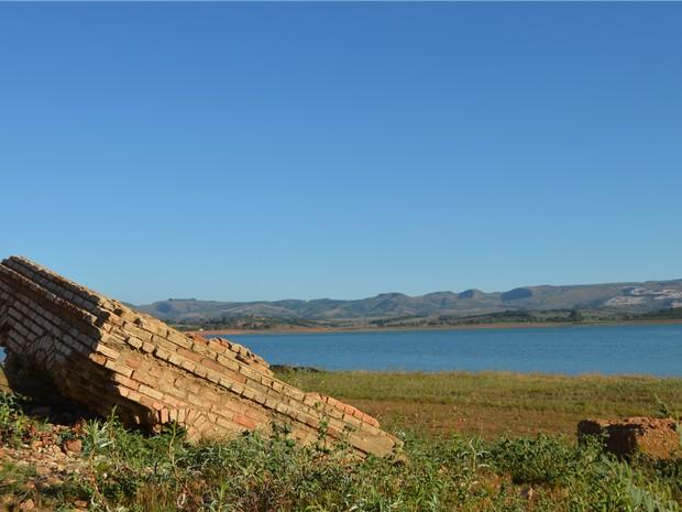Ruínas de antiga Igreja Matriz de Guapé, MG, aparecem com estiagem no Lago de Furnas (Foto: Samantha Silva / G1)