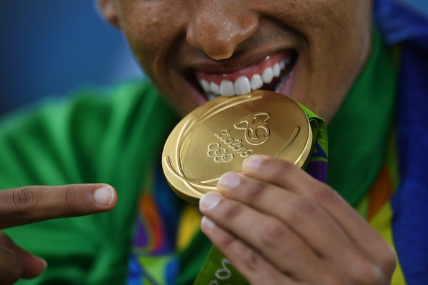 Marquinhos exibe a inédita medalha de ouro do futebol brasileiro (Foto: Laurence Griffiths/Getty Images)