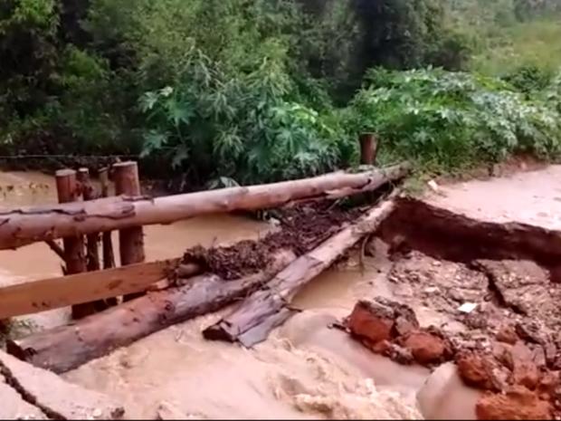 Ponte desaba após chuva forte em Pinhalzinho (SP) (Foto: Reprodução/ EPTV)