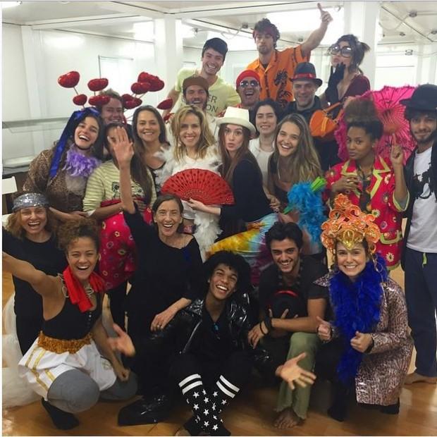 Marina Ruy Barbosa posa com elenco de 'Totalmente Demais' (Foto: Instagram)