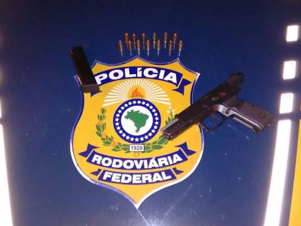 Arma com munições estava com trio em carro blindado, diz PRF (Foto: Divulgação/PRF)