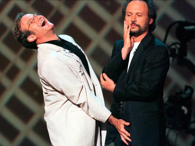 Ator Robin Williams sorri e brinca com o também ator  Billy Crystal em evento da HBO em Nova York no dia 14 de junho de 1998 (Foto: Jeff Christensen/Reuters)