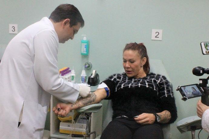 BLOG: Cris Cyborg visita hospital em Curitiba e faz doação de sangue