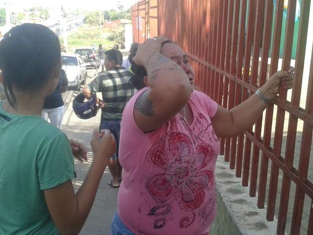 Famílias dos presos se desesperam ao ouvir som de disparos dentro da Casa de Custódia em Teresina (Foto: Gustavo Almeida/G1)