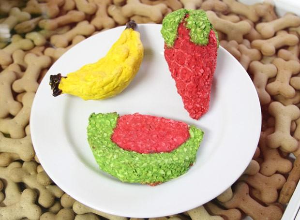 Couro bovino em formato de melancia, banana e morango  (Foto: Divulgação)