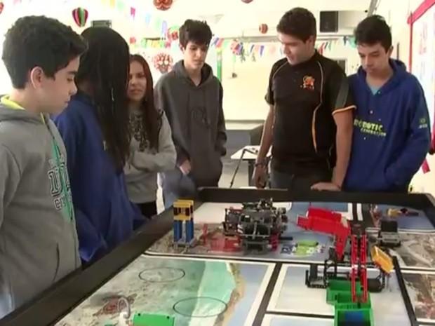 Alunos do Sesi com o robô criado por eles (Foto: Reprodução / TV TEM)