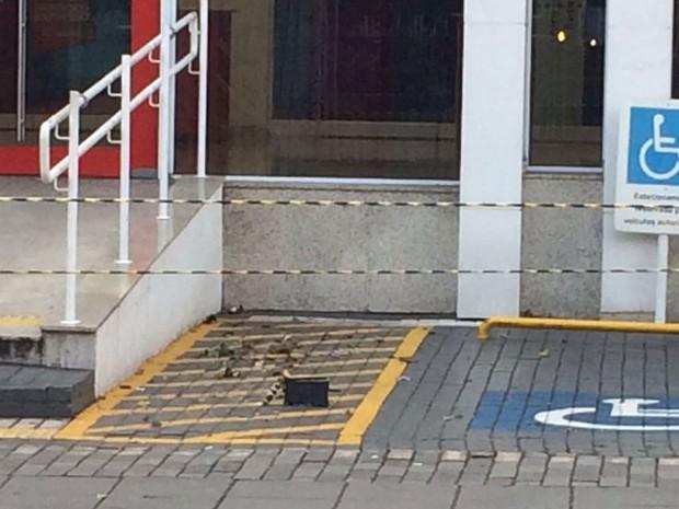 Objeto não identificado foi colocado na entrada da agência bancária (Foto: Glauco Araújo/G1)