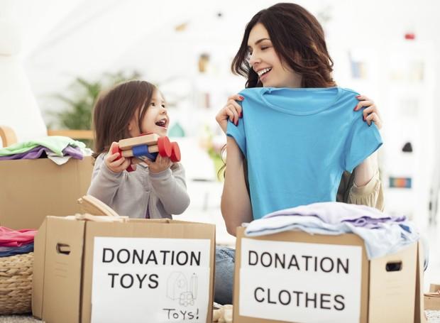 Mãe e filha separam roupas para doar (Foto: Thinkstock)
