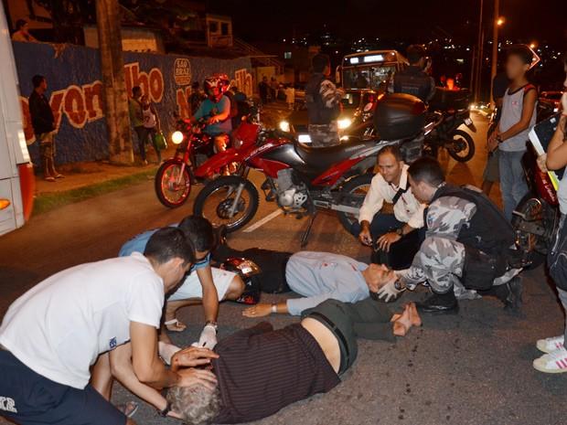 Um atropelamento na noite desta quinta-feira (29) deixou o trânsito lento na Avenida Mandacaru, no bairro de Mandacaru, em João Pessoa. Segundo informações da Polícia Militar, um motociclista subia a avenida quando um idoso cruzou a via e foi atingido. Ainda de acordo com a PM, o idoso foi encaminhado par ao Hospital de Trauma com suspeitas de fraturas. O ciclista também ficou ferido (Foto: Walter Paparazzo/G1)