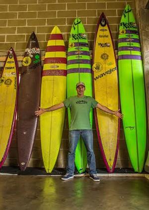 Garrett McNamara pranchas armazém em Nazaré (Foto: Carol Fontes / Globoesporte.com)