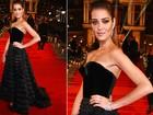 Tapete vermelho reúne modelos com looks sensuais, decotados e com fendas profundas em Londres